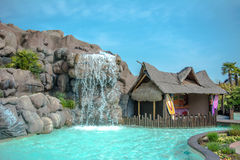 Hawaiiaans huis met pool en waterval stock afbeelding