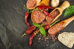 Hawaiiaans rood zout op een houten raad Verkoop van kruiden Reclame voor de verkoop van kruiden Stock Afbeeldingen