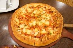 Hawaiiaanse kippenpizza met ananas Heerlijke smaak Royalty-vrije Stock Foto's
