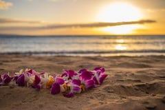 Hawaiiaanse lei op het zand bij het strand in Maui royalty-vrije stock foto