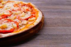 Hawaiiaanse pizza met ananas, gastronomisch voedsel royalty-vrije stock foto