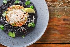 Hawaiiaanse por op zwarte sesam vlakke cake De moderne achtergrond van het restaurantvoedsel stock foto's