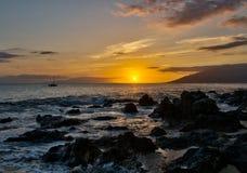Hawaiiaanse zonsondergang op Eiland Maui Stock Afbeeldingen