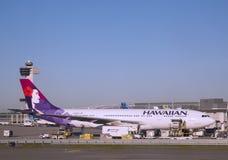Hawaiian Airlines Aerobus A330 samolot przy bramą przy John F Kennedy lotniskiem międzynarodowym obraz royalty free