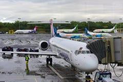 Hawaiian Airlines Boeing die 717 voor vertrek voorbereidingen treffen Stock Foto's