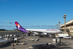Hawaiian Airlines nivåer på Honolulu den internationella flygplatsen Arkivbild