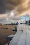 Hawaiian Airlines in Sydney, Australië is - aan jetway wordt gedokt geland die royalty-vrije stock foto's