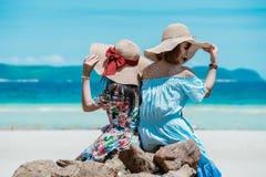 Hawaiian vestindo da mulher asiática nova foto de stock