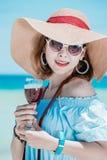 Hawaiian vestindo da mulher asiática nova com chapéu e óculos de sol imagem de stock royalty free