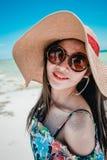 Hawaiian vestindo da mulher asiática nova com chapéu e óculos de sol fotografia de stock royalty free