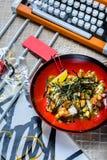 Hawaiibo petar bunkelaxen med ris och avokadot Asiatisk moderiktig mat arkivfoton