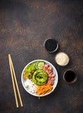 Hawaiibo petar bunken med laxen, ris och grönsaken arkivbild