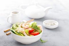 Hawaiibo petar bunken med räkor, ris och grönsaker, den sunda Buddhabunken med räkor, ris, avokadot, gurkan, tomaten och grönsall arkivfoton