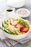 Hawaiibo petar bunken med räkor, ris och grönsaker, den sunda Buddhabunken med räkor, ris, avokadot, gurkan, tomaten och grönsall arkivbild