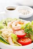 Hawaiibo petar bunken med räkor, ris och grönsaker, den sunda Buddhabunken med räkor, ris, avokadot, gurkan, tomaten och grönsall arkivbilder