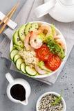 Hawaiibo petar bunken med räkor, ris och grönsaker, den sunda Buddhabunken med räkor, ris, avokadot, gurkan, tomaten och grönsall arkivfoto