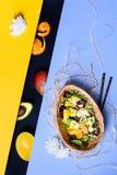 Hawaiibo petar bunken med ris, avokadot, mango Asiatiskt k?k royaltyfria bilder