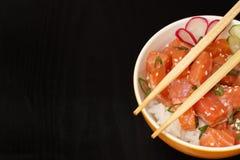 Hawaiibo petar med lax- och sesamfrö, kokta ris, nytt c royaltyfri bild
