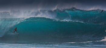 Hawaiibo som surfar vågrörledningen Oahu Arkivbilder