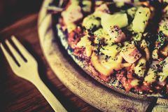 Hawaiische dünne Krustenpizza der Pizza Lizenzfreie Stockfotos