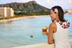 Hawaiische Frau, die Mai Tai in Waikiki, Hawaii trinkt Lizenzfreie Stockfotos