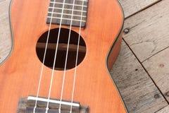 Hawaiische Gitarre der Ukulele auf hölzernem Hintergrund Stockbilder