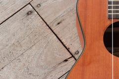 Hawaiische Gitarre der Ukulele auf hölzernem Hintergrund Lizenzfreies Stockfoto