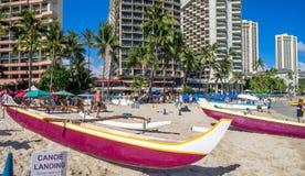 Hawaiische Kanus, die auf Touristen an Waikiki-Strand warten Lizenzfreies Stockbild