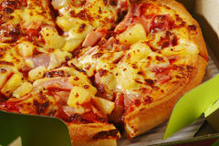 Hawaiische Pizza im Kasten Stockbilder