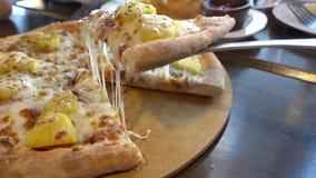 Hawaiische Pizza mit schmelzenden Käsen stock footage