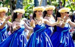 Hawaiische Tänzer auf einem Kanu schwimmen in der polynesischen kulturellen Mitte stockfotografie