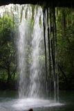 Hawaiischer Wasserfall vom inneren lookikng heraus Lizenzfreies Stockfoto