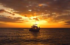 Hawaiisches Sturzflug-Boot am Sonnenuntergang stockfotos