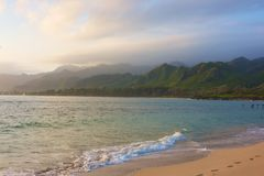 Hawajczyk plaża przy wschodem słońca Zdjęcie Stock