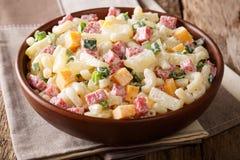 Hawajska kuchnia: sałatka z makaronem, baleron, ananas, cebula, chedd zdjęcia royalty free