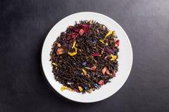 Hawajska zmierzch herbata na bielu talerzu na ciemnym backgroung Zdjęcie Stock