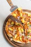 Hawajskiego kurczaka BBQ Włoska pizza na drewnianym naczyniu Zdjęcie Royalty Free