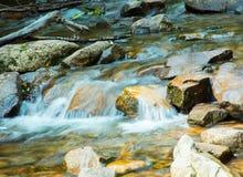 Hawk Falls schaukelt am Hickory-Ablaufstatus-Park in PA lizenzfreies stockbild