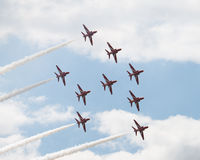 Hawk los jets T1 en la formación doble de la flecha en salón aeronáutico Fotos de archivo