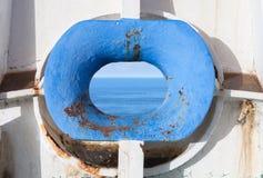 在老白色的蓝色弓hawse生锈了船船身 免版税图库摄影