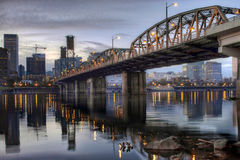 Hawthorne桥梁Willamette河波特兰俄勒冈 库存照片