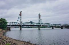 Hawthorne Bridge au-dessus de rivière de Willamette à Portland du centre, Etats-Unis photos stock