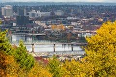 Hawthorne Bridge au-dessus de rivière de Willamette dans l'automne Portland OU Etats-Unis image stock