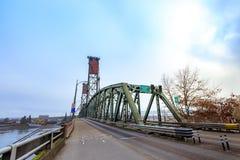 Hawthorne Bridge auf Willamette-Fluss in im Stadtzentrum gelegenem Portland Lizenzfreies Stockfoto