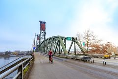 Hawthorne Bridge auf Willamette-Fluss in im Stadtzentrum gelegenem Portland lizenzfreie stockfotos