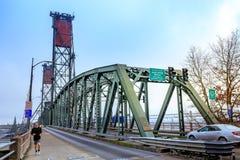 Hawthorne Bridge auf Willamette-Fluss in im Stadtzentrum gelegenem Portland Stockbilder