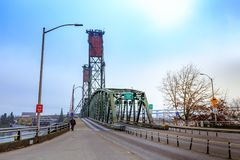 Hawthorne Bridge auf Willamette-Fluss in im Stadtzentrum gelegenem Portland stockbild