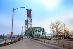 Hawthorne Bridge auf Willamette-Fluss in im Stadtzentrum gelegenem Portland Stockbild