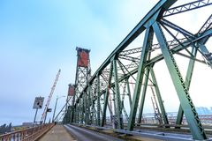 Hawthorne Bridge auf Willamette-Fluss in im Stadtzentrum gelegenem Portland Stockfotografie