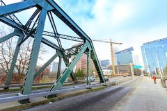 Hawthorne Bridge auf Willamette-Fluss in im Stadtzentrum gelegenem Portland Lizenzfreie Stockbilder